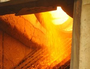 De klei wordt in lange roterende ovens op 1100 °C verhit.
